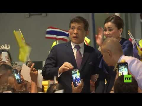 شاهدملك تايلاند يُحيّي أنصاره أثناء المراسم الرسمية في بانكوك