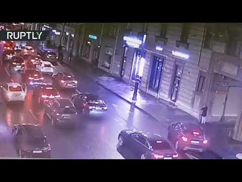 شاهد حادث مروري مروع في سان بطرسبوغ الروسية ضحيته فتاة صغيرة